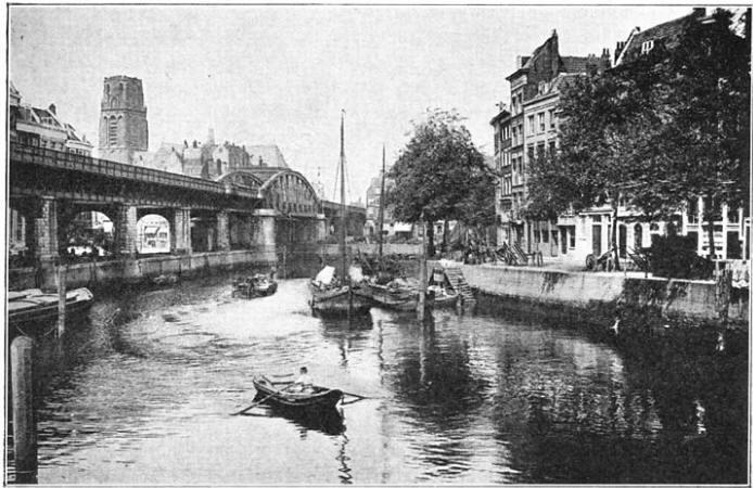 Rotterdam: De Kolk en de Houttuin met de Viaduct en de Groote Kerk op den achtergrond. (Ca. 1905)